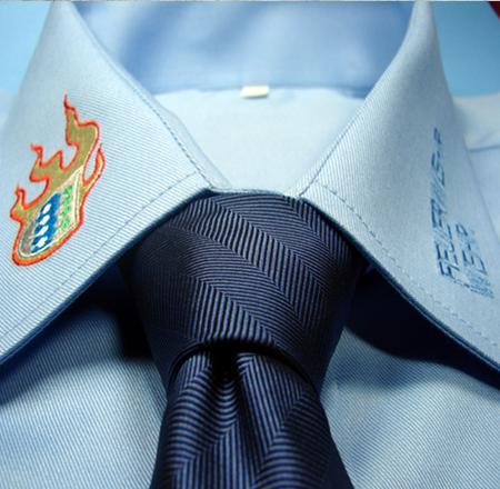 Hemden-mit-Firmenlogo-besticken-lassen-Stickrei