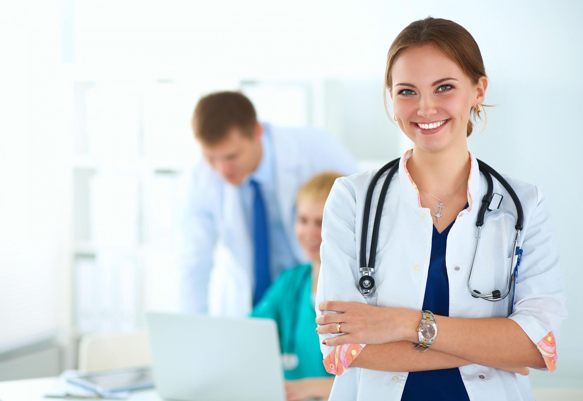 Arztkittel-bedrucken-besticken-arztpraxis-bekleidung